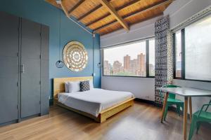 Cama o camas de una habitación en Selina Medellin