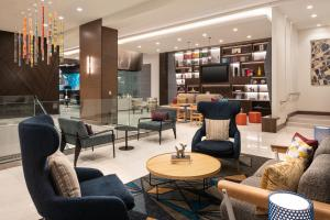 The lounge or bar area at Tru By Hilton Denver Downtown Convention Center