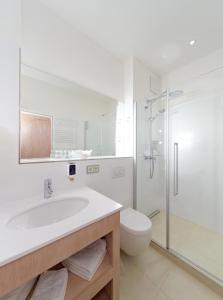 A bathroom at Hotel ADRIA München