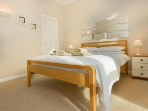 A bed or beds in a room at 2 Hazeldene