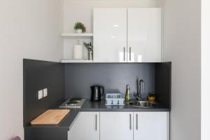 A kitchen or kitchenette at Apartments Karol & Mara