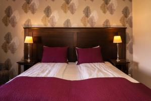 A bed or beds in a room at Clarion Collection Hotel Park