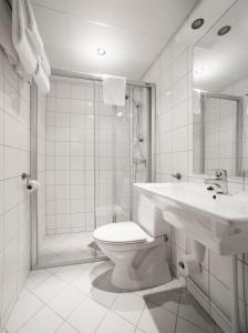 A bathroom at Clarion Collection Hotel Park