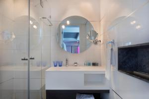 A bathroom at Royal Beach Hotel Tel Aviv by Isrotel Exclusive Collection