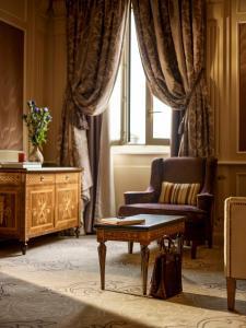 Ein Sitzbereich in der Unterkunft Hotel Principe Di Savoia - Dorchester Collection