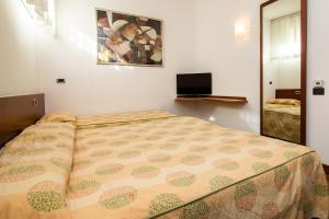 A bed or beds in a room at Millennhotel