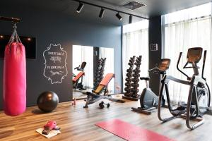 The fitness centre and/or fitness facilities at Moxy Edinburgh Airport