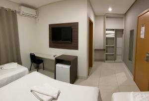 A television and/or entertainment center at Hotel Tainá - Aeroporto Cuiabá