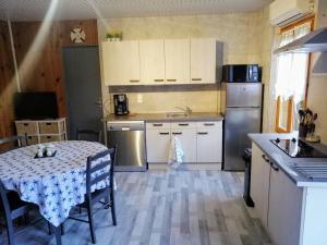 Een keuken of kitchenette bij Domaine du Cayre