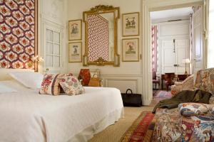 A bed or beds in a room at La Mirande