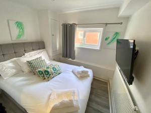 A bed or beds in a room at Kennedy House