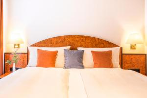 A bed or beds in a room at BARDOLINO Fine.Food.Hotel