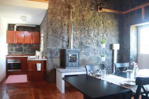 A kitchen or kitchenette at Moinho da Cascata