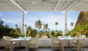 A restaurant or other place to eat at Sugar Beach, A Viceroy Resort