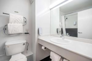 A bathroom at Comfort Inn Arundel