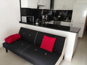 A seating area at Encarnação Metro 1 1/2