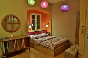 Ein Bett oder Betten in einem Zimmer der Unterkunft MuziKafe - Home of Culture