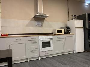 Una cocina o zona de cocina en Albergue La Estación