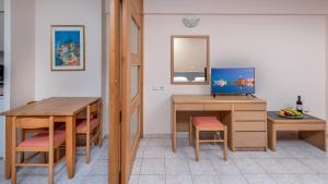 Telewizja i/lub zestaw kina domowego w obiekcie Poseidonia Apartments