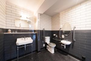 A bathroom at Aragon House