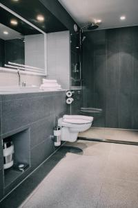 A bathroom at Hotel Trash Deluxe