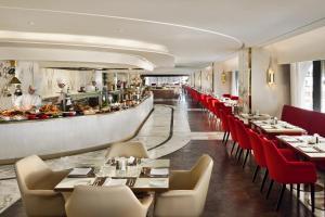 Um restaurante ou outro lugar para comer em The Hotel Galleria By Elaf