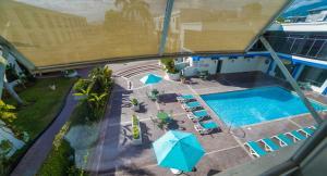 Ein Blick auf den Pool von der Unterkunft The Knutsford Court Hotel oder aus der Nähe