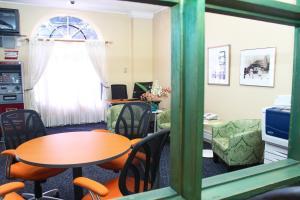 Ein Sitzbereich in der Unterkunft The Knutsford Court Hotel