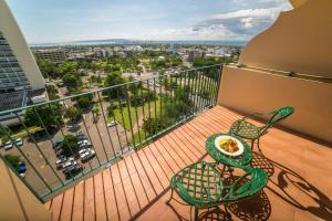 Ein Balkon oder eine Terrasse in der Unterkunft Courtleigh Hotel & Suites