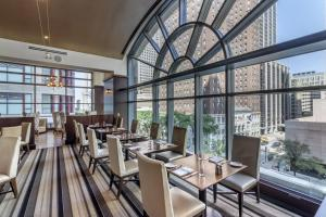 A restaurant or other place to eat at Omni Chicago Hotel & Suites Magnificent Mile
