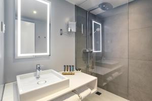 A bathroom at Novotel London Waterloo