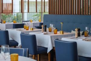 A restaurant or other place to eat at Malibu Foz Hotel