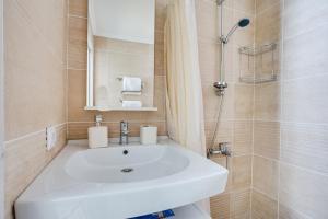 A bathroom at Стильная студия в 1 минуте от Кутузовского проспекта!