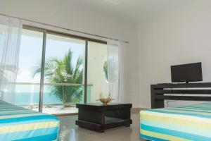 Una televisión o centro de entretenimiento en Baru Luxury Homes Riviera Maya