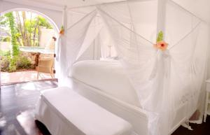 A bed or beds in a room at Sugar Beach, A Viceroy Resort