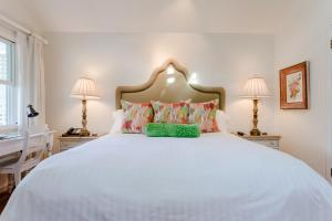A bed or beds in a room at Cottage Grove Inn