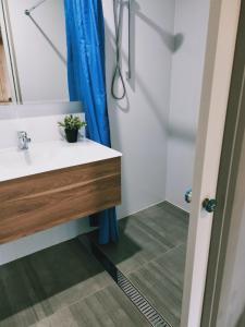 A bathroom at Oval Motel - Murray Bridge