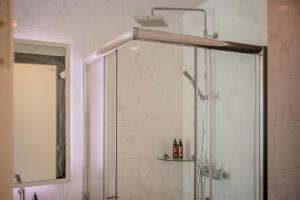 A bathroom at Cmor by Recall Hotel