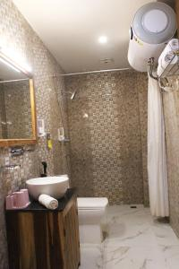 A bathroom at Hotel Khamsum