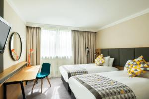 A bed or beds in a room at Holiday Inn High Wycombe M40, Jct.4, an IHG Hotel