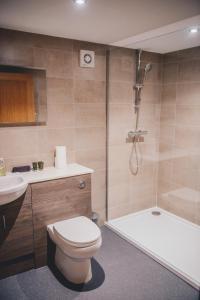 A bathroom at Home Farm & Lodge