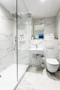 A bathroom at Palm Court Hotel