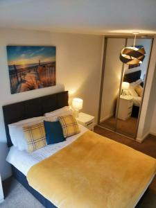 A bed or beds in a room at Empire Apartments