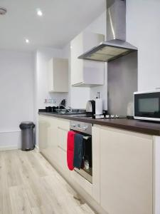A kitchen or kitchenette at Empire Apartments