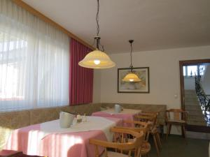 A restaurant or other place to eat at Pension Churlis