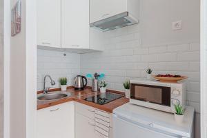 A kitchen or kitchenette at Добрые апартаменты в Одинцово