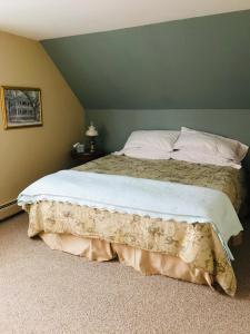 A bed or beds in a room at Maplecroft Bed & Breakfast