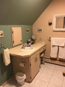 A bathroom at Maplecroft Bed & Breakfast