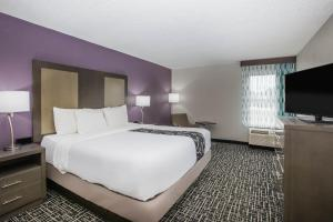 A bed or beds in a room at La Quinta Inn by Wyndham Davenport & Conference Center