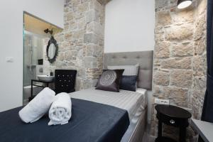 A bed or beds in a room at Avangarde Luxury Rooms